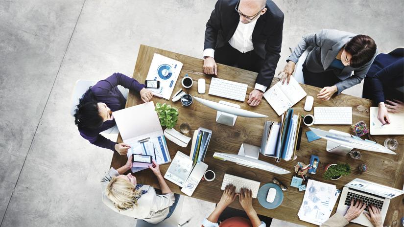 Konferenztisch mit Menschen
